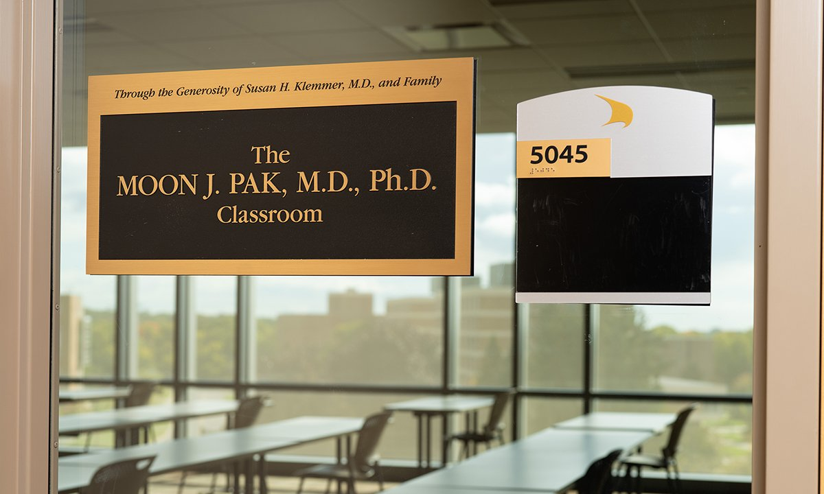 Classroom plaque. Text reads: Through the generosity of Susan H. Klemmer, M.D., and Family The Moon J. Pak, M.D., Ph.D., Classroom