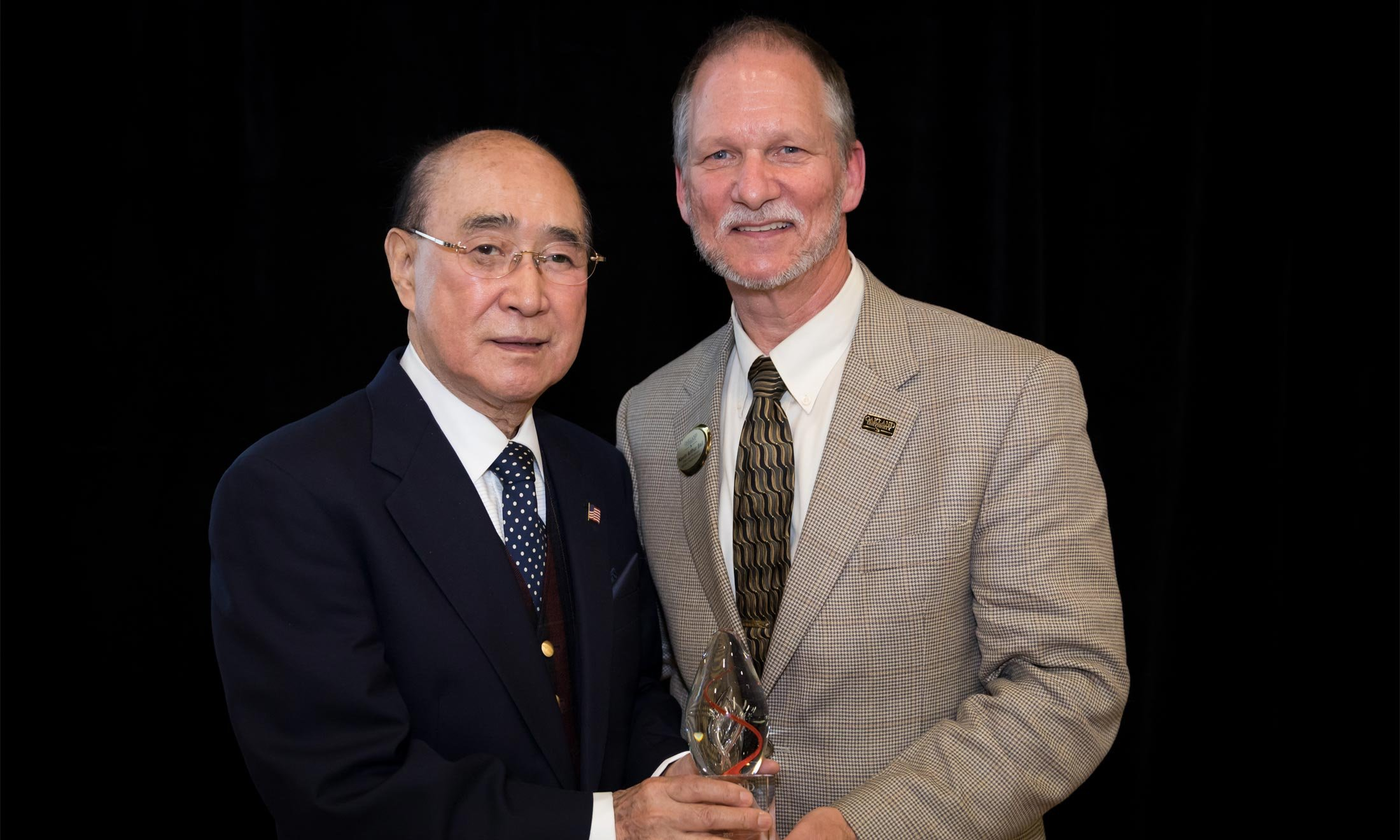 Moon J. Pak, M.D., receives an award from Oakland University Dean Kevin Ball, Ph.D.